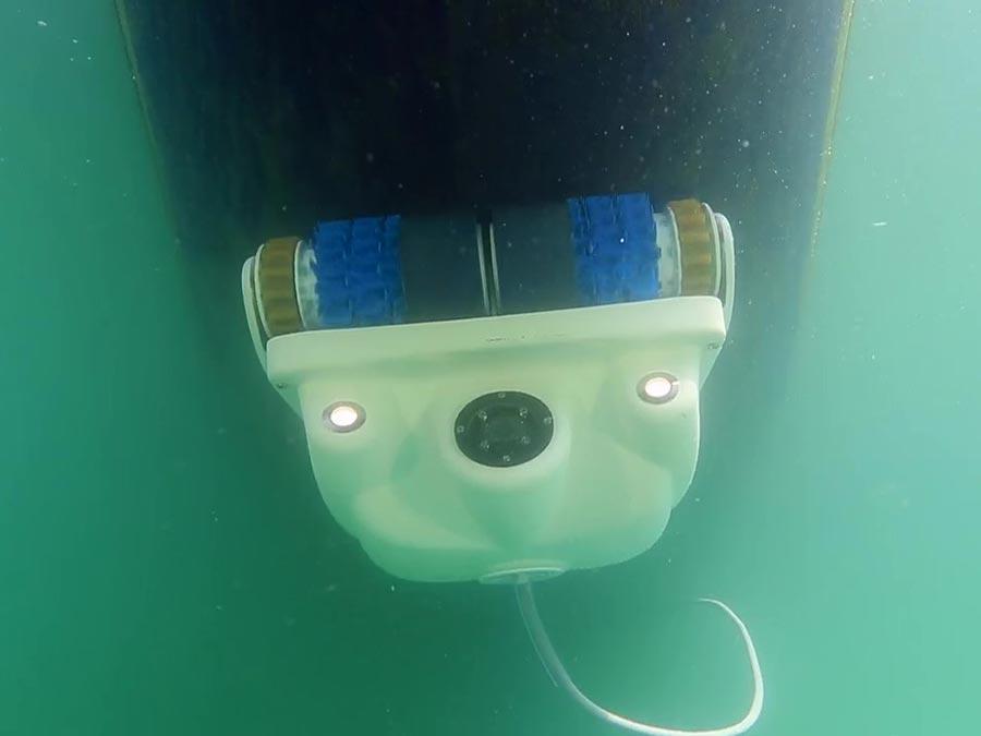 Inspection et nettoyage d'une carène de voilier par robot sous-marin
