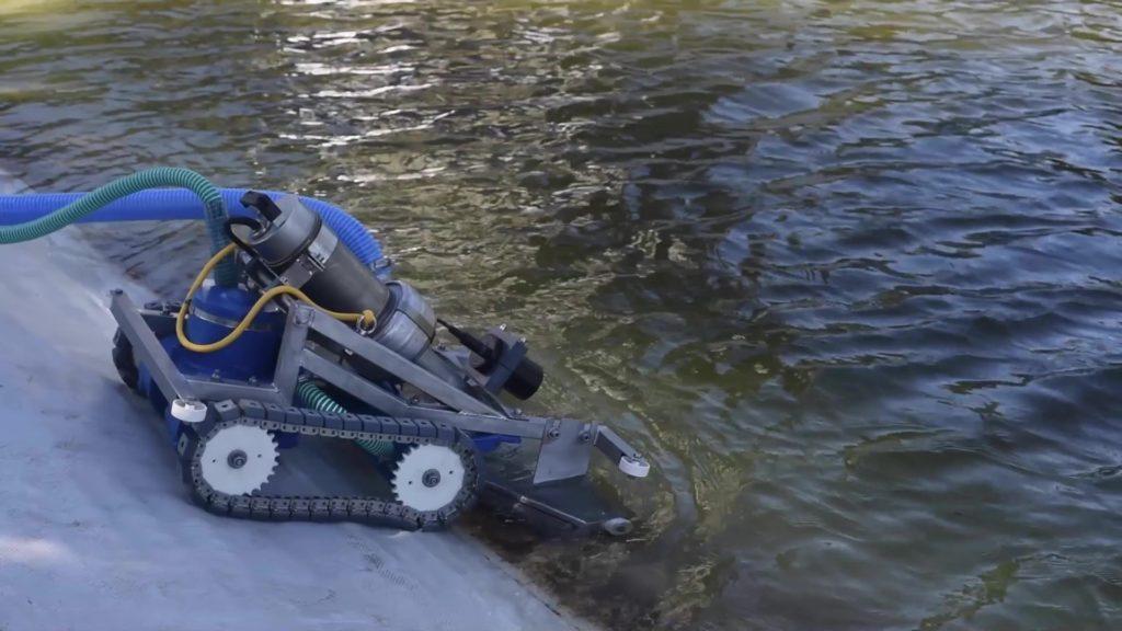 Robot sous-marin de nettoyage entrant dans un bassin de rétention d'eau